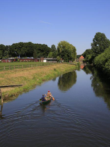 Kanufahrer auf der Stever. Foto: Rupert Oberhäuser/EGLV